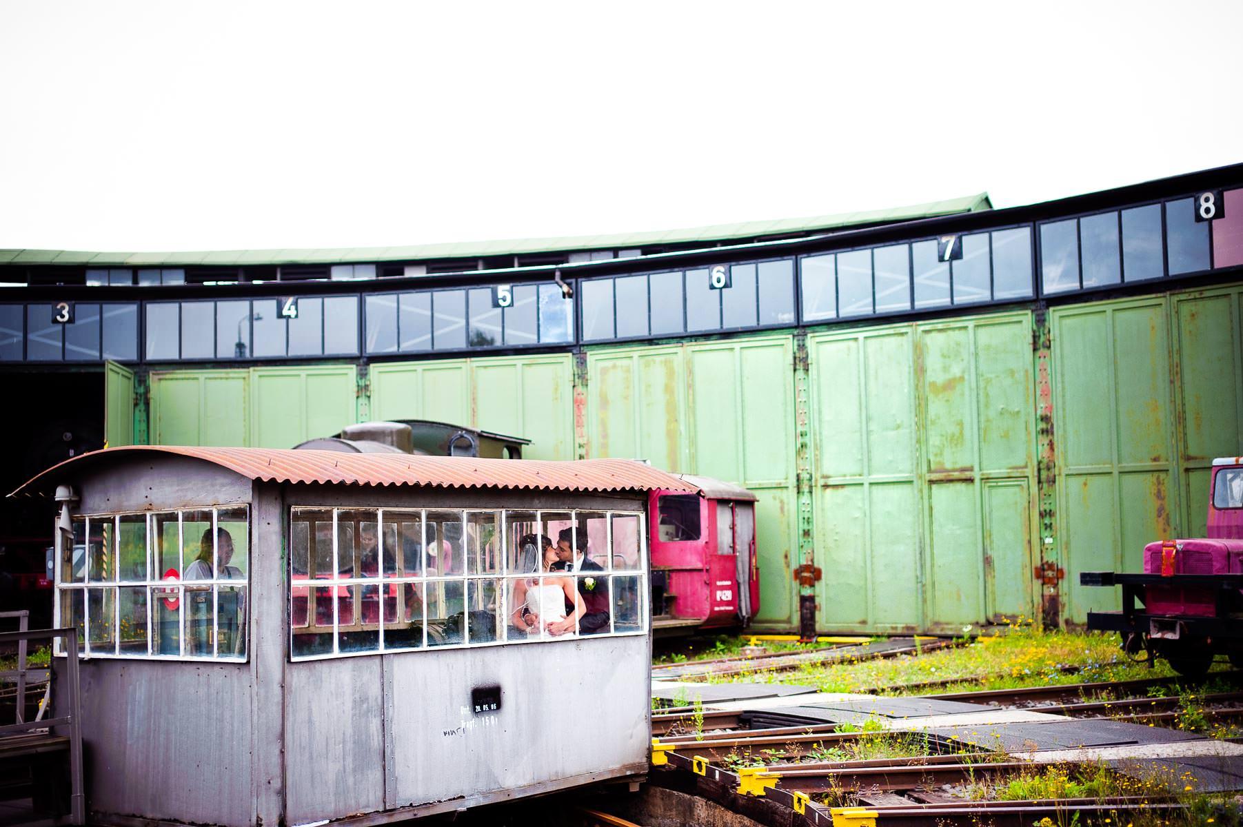 hochzeitsbild auf einem drehrondell im eisenbahnmuseum