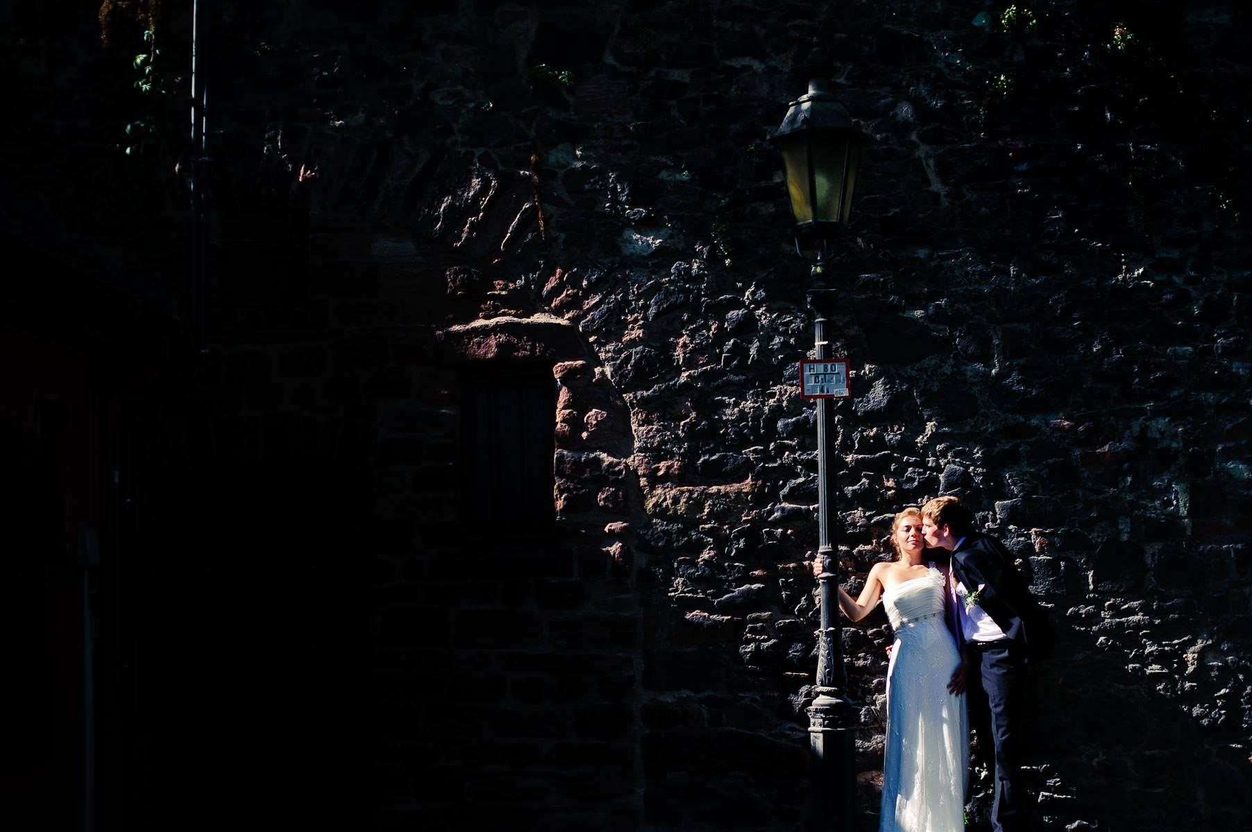 ein dramatisch belichtetes Hochzeitsbild, das Brautpaar wird von