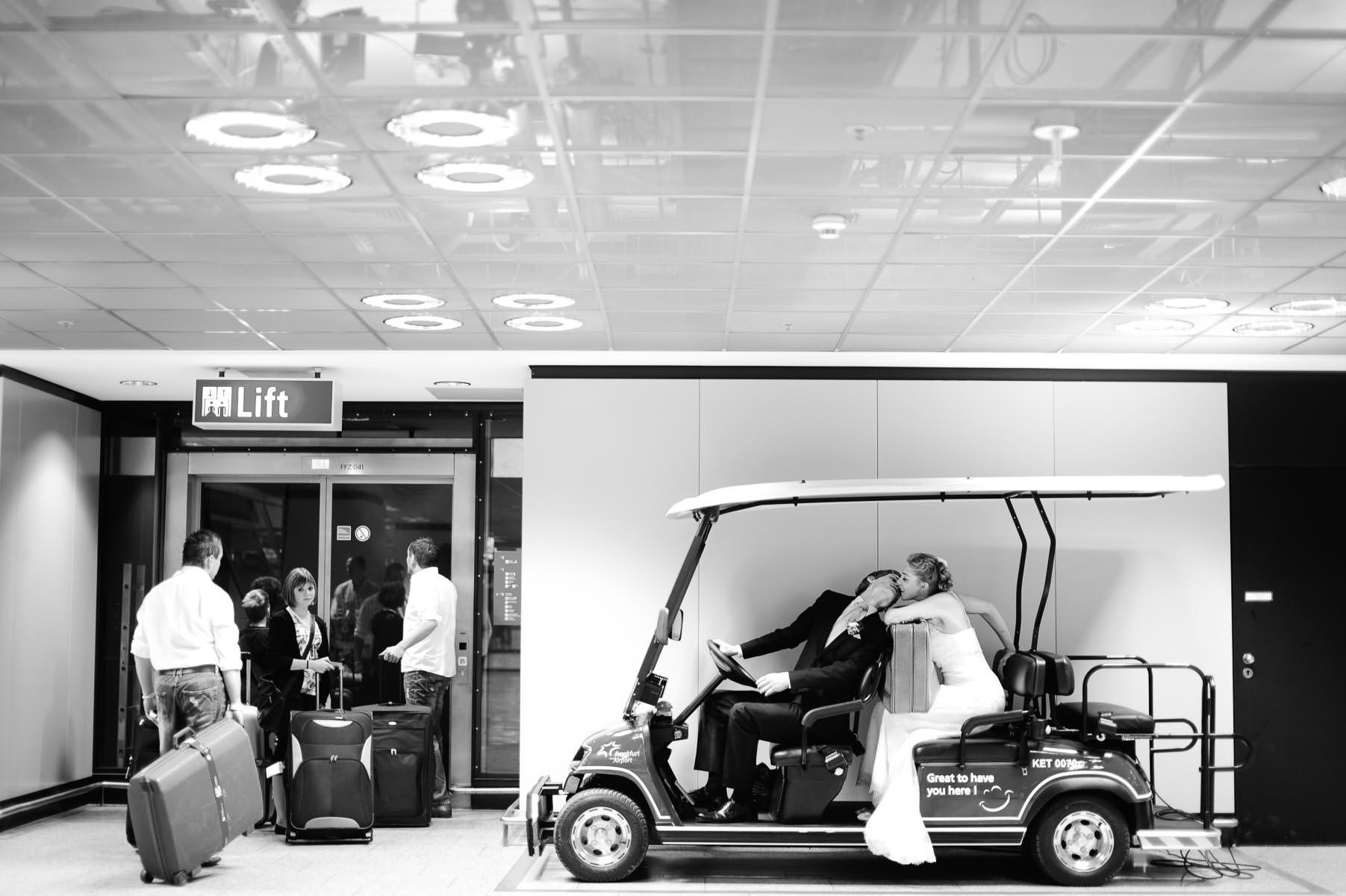 das Brautpaar am Flughafen in Frankfurt, sitzt in einem Elektrow