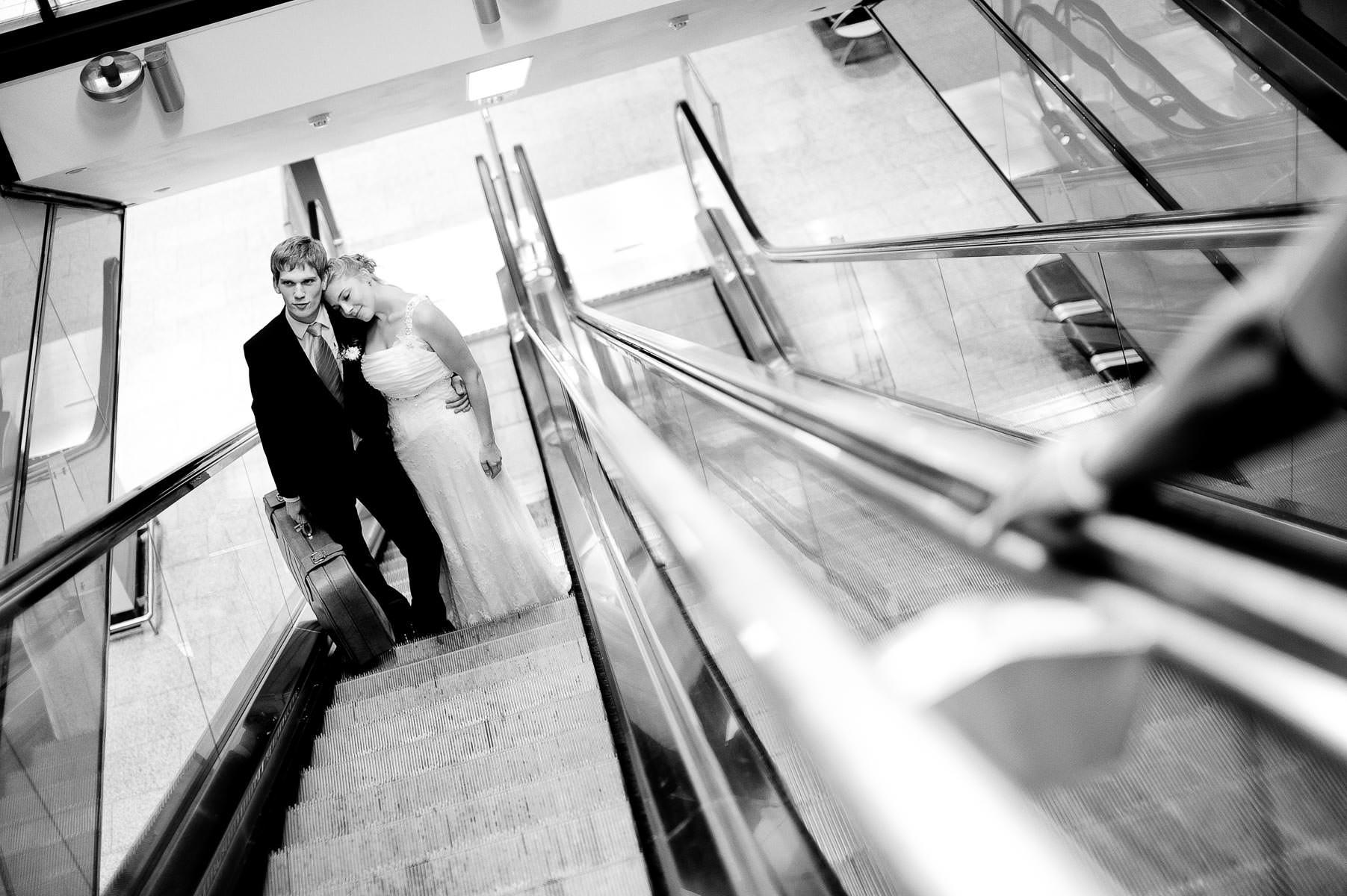 Brautpaar auf der Rolltreppe