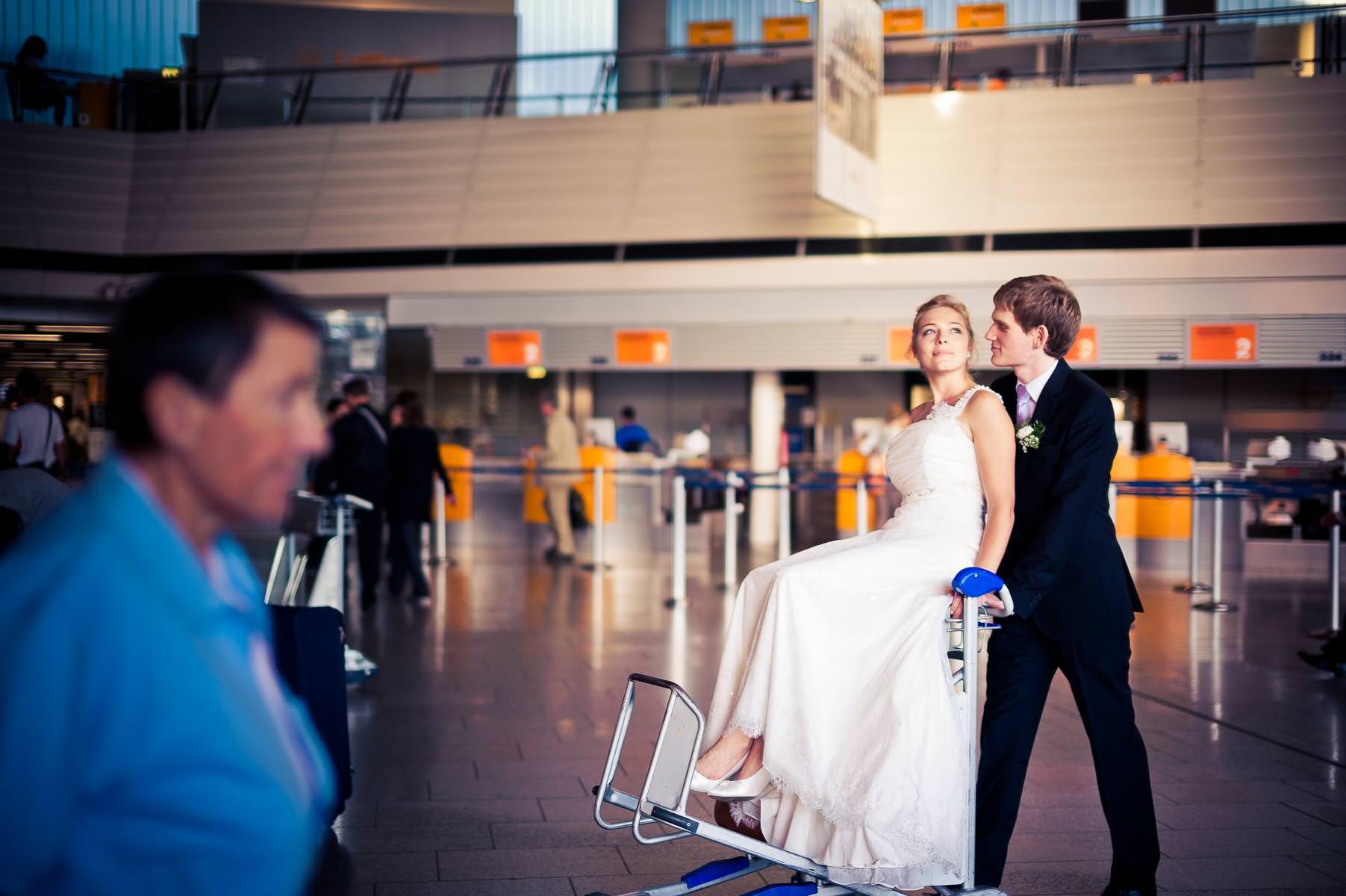 der Bräutigam fährt die Braut auf einem Kuli durch die Gegend
