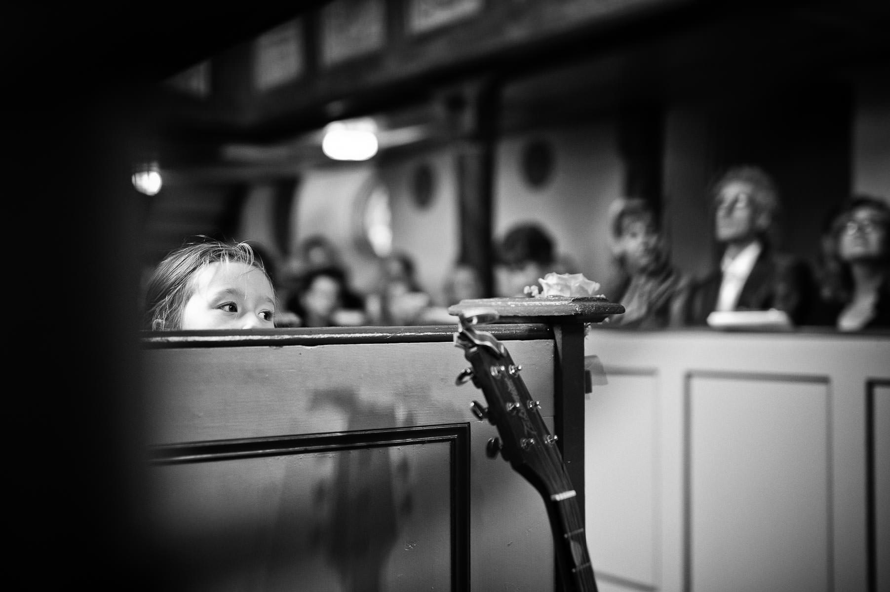 kind schaut über brüstung