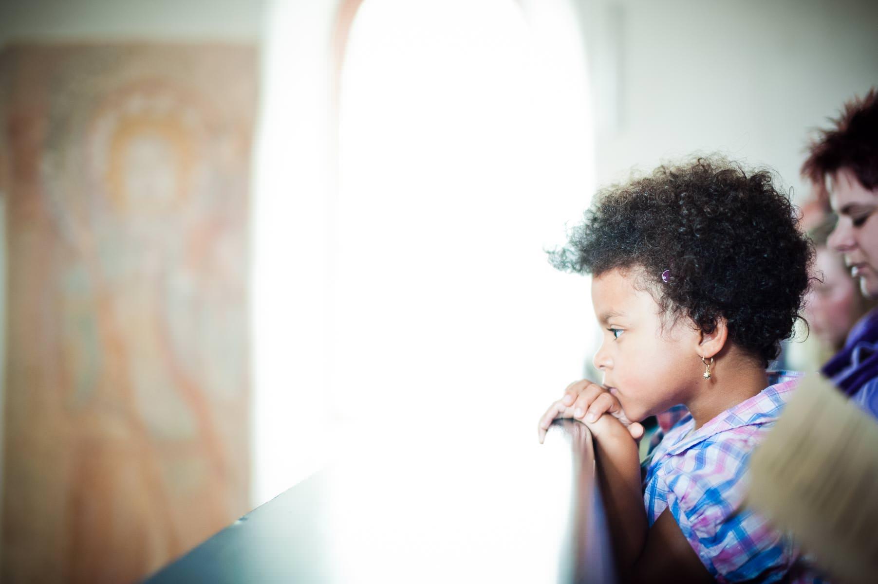 nachdenkliches kind bei der trauung